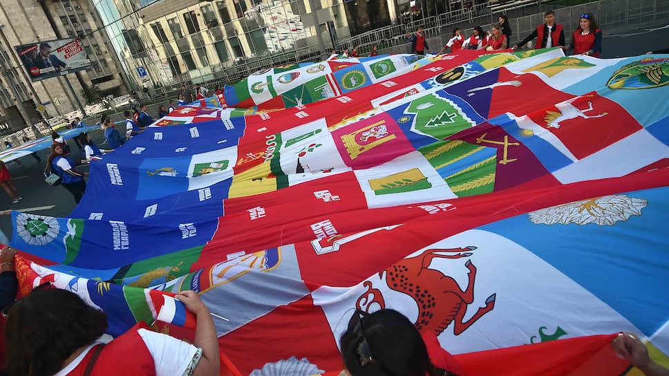 В честь Дня Российского флага на проспекте Сахарова прошел флешмоб «Флаг-рекордсмен»