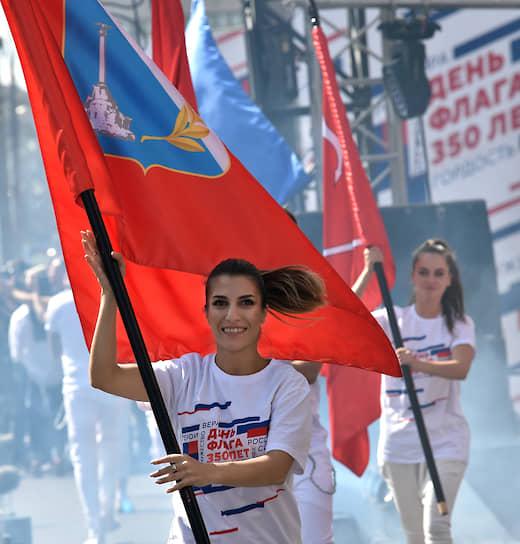 Участницы митинга-концерта в честь Дня Российского флага на проспекте Сахарова