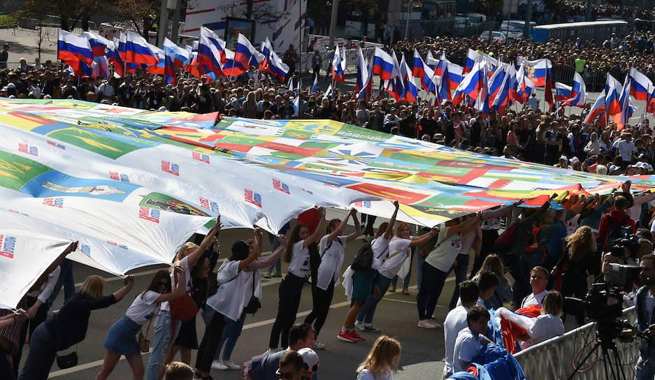 Участники флешмоба на проспекте Академика Сахарова