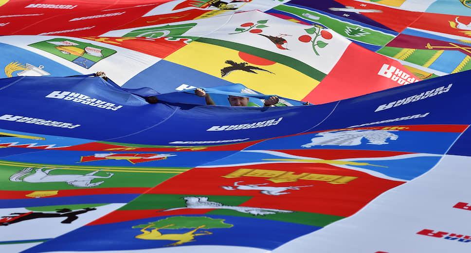 В рамках флешмоба «Флаг-рекордсмен» около тыясчи человек пронесли по проспекту Сахарова полотно, сотканное из флагов всех регионов России — триколор длиной 500 метров