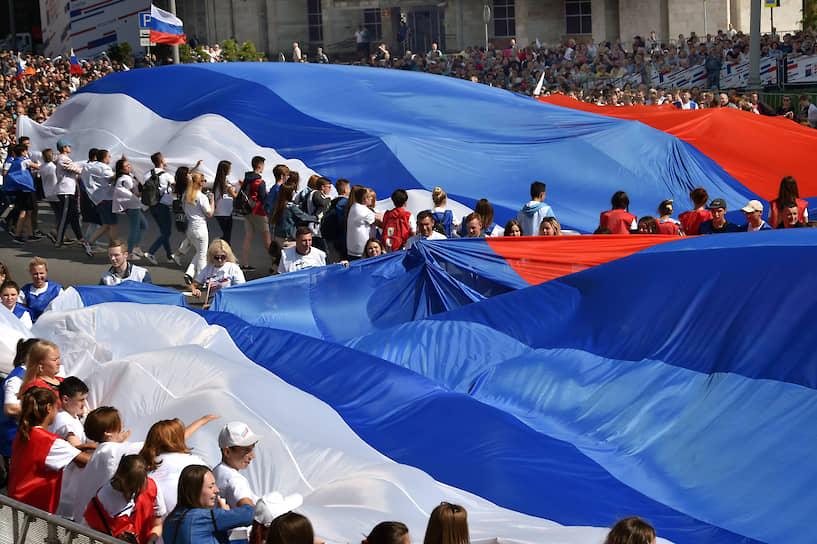 Флешмоб «Флаг-рекордсмен» на проспекте Сахарова