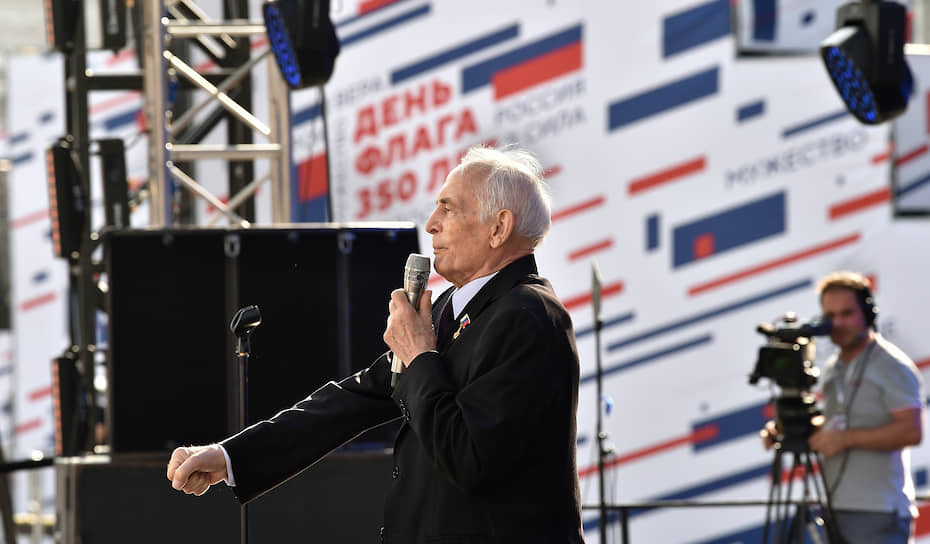 Актер Василий Лановой во время выступления на митинге-концерте на проспекте Сахарова