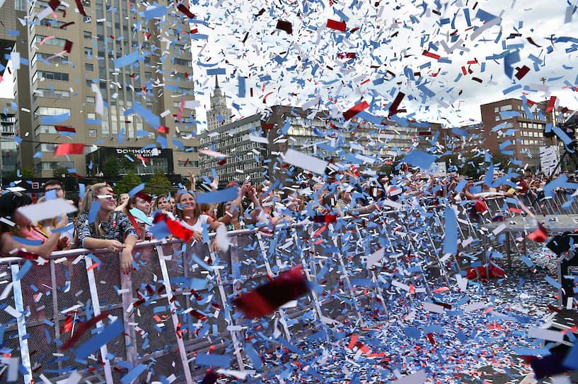 Участники митинга-концерта в честь Дня Российского флага на проспекте Сахарова