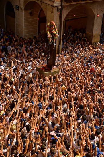 Тарасона, Испания. Люди готовятся забросать помидорами фестивального персонажа Сипотегато, следуя местной средневековой традиции