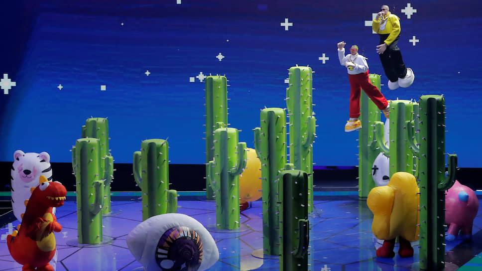 Реггетон-исполнители J. Balvin и Bad Bunny во время выступления с композицией Que Pretendes