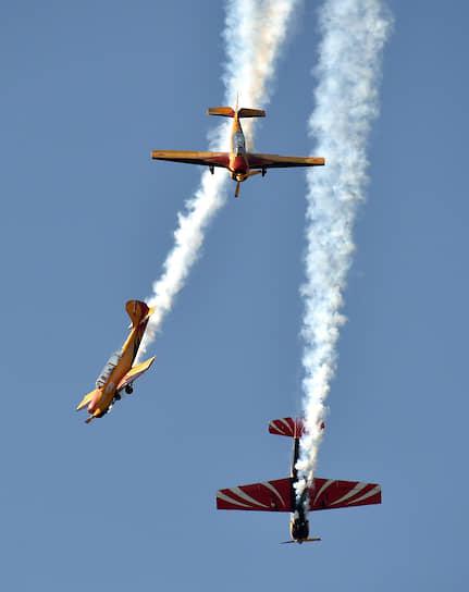 Самолеты Як-52 и Як-54 во время авиашоу