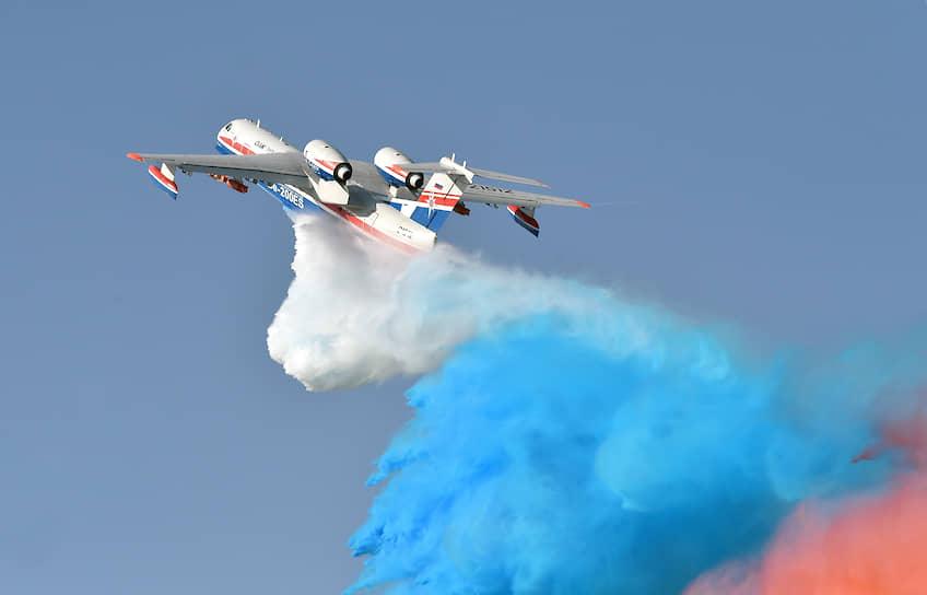 Российский самолет-амфибия Бе-200ЧС во время демонстрационного полета
