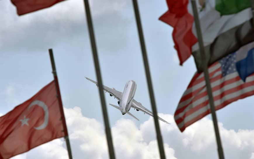 Во время открытия авиасалона прошел демонстрационный полет российского ближнемагистрального узкофюзеляжного пассажирского самолета Sukhoi Superjet 100