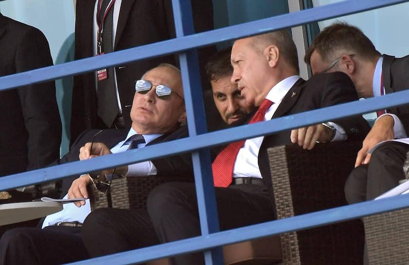 Жуковский, Россия. Президент России Владимир Путин и президент Турции Реджеп Тайип Эрдоган (второй справа) на авиасалоне МАКС
