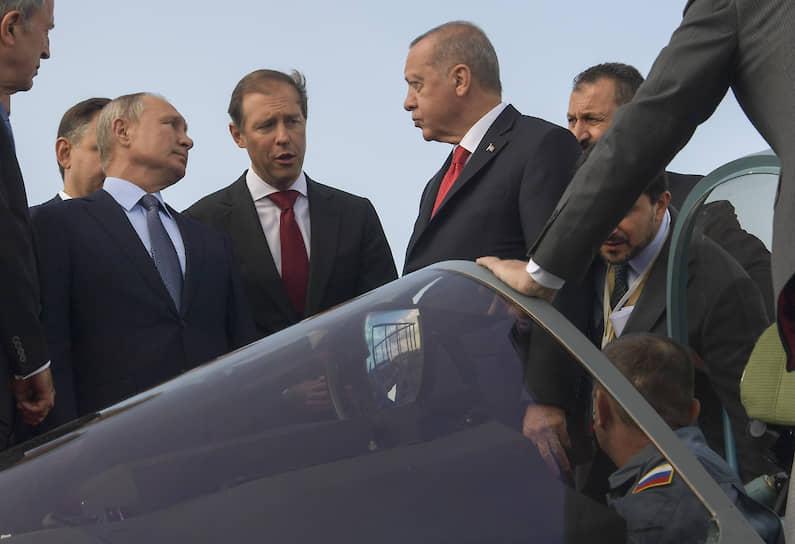 МАКС-2019 открыли президенты РФ Владимир Путин (слева) и Турции Реджеп Тайип Эрдоган (справа). Они, в частности, осмотрели новый истребитель Су-57. Господин Эрдоган заинтересовался возможностью покупки самолета