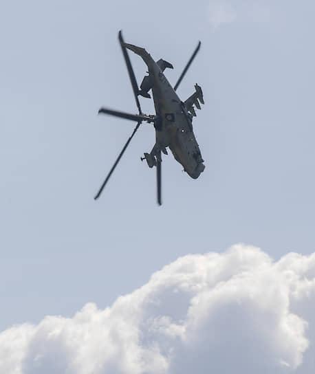 Российский разведывательно-ударный вертолет нового поколения Ка-52 «Аллигатор» во время демонстрационного полета