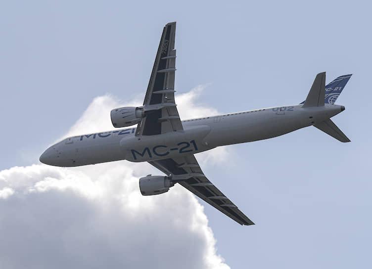 Российский среднемагистральный пассажирский самолет МС-21-300 во время демонстрационного полета