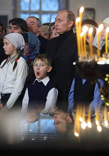 Рождество Владимир Путин <b>традиционно встречает с прихожанами храмов за пределами столицы</b>. В разные годы в ночь на 7 января президент бывал в Якутии, Сочи, Тверской и Воронежской областях, Санкт-Петербурге и Великом Новгороде. В 2019 году он провел рождественскую ночь в Спасо-Преображенском соборе в Петербурге, где в 1952 году его крестили