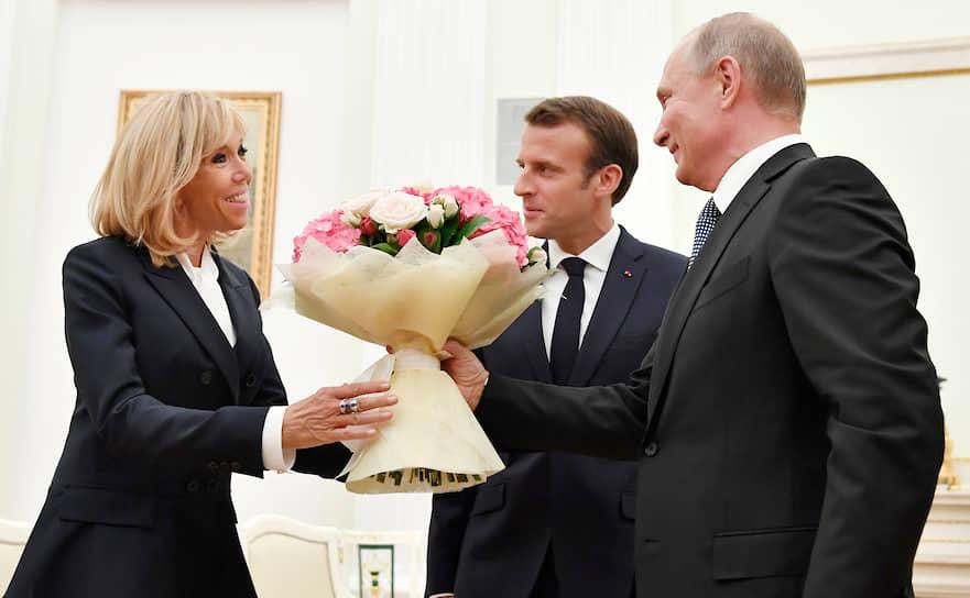 Владимир Путин в знак приветствия <b>часто дарит цветы первым леди и женщинам-главам  других государств</b>. Так, 19 мая 2018 года президент России вручил букет прибывшей на переговоры в Сочи Ангеле Меркель. Немецкие журналисты усмотрели в этом намек на то, что канцлер Германии — всего лишь слабая женщина. В Кремле не согласились с такими домыслами. 24 мая 2018 года букет роз от Владимира Путина получила Бриджит Макрон (на фото). А 15 июля того же года президент России подарил цветы Колинде Грабар-Китарович, президенту Хорватии