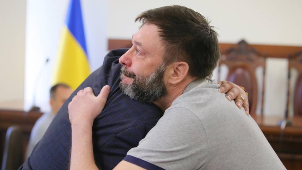 Кирилл Вышинский обнимает своего адвоката Андрея Доманского после решения суда