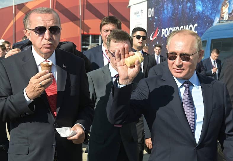 Владимир Путин <b>впервые попробовал мороженое на МАКСе в Жуковском в 2005 году</b>. Тогда за клубничный и шоколадный рожки он расплатился купюрой в 500 руб. С тех пор есть мороженое на авиасалоне стало для него традицией. В этом году он купил два рожка себе (шоколадный и сливочный) и еще одним угостил турецкого лидера Реджепа Тайипа Эрдогана. Достоинство купюры в руках Владимира Путина выросло в 10 раз — до 5 тыс. руб., а сдачу он оставил главе Минпромторга Денису Мантурову «на развитие авиации»