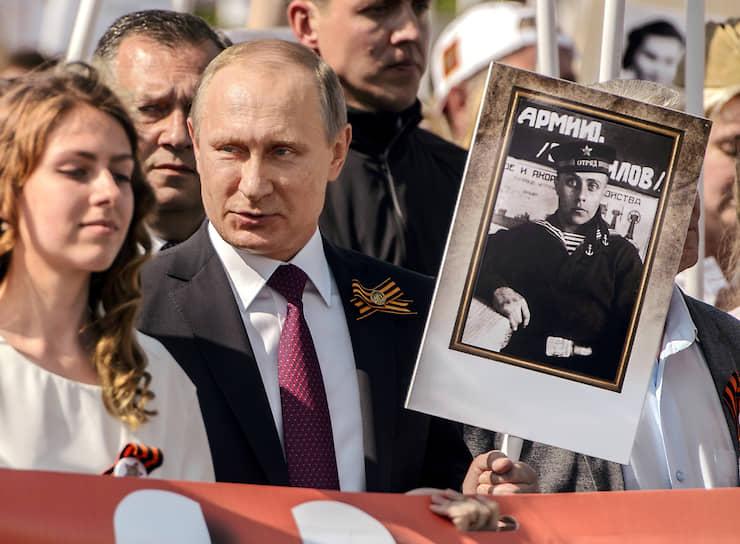 С 2015 года в День Победы Владимир Путин <b>ежегодно участвует в акции «Бессмертный полк»</b>. В руках он несет портрет своего отца Владимира Спиридоновича, который в ходе Великой Отечественной войны принимал участие в снятии блокады Ленинграда
