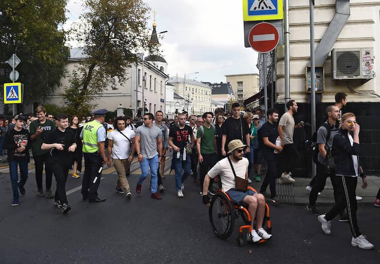 Полиция перекрыла проезд по Сретенскому, люди пошли на бульвар, скандируя «Свободу политзаключенным» и «Россия без Путина»