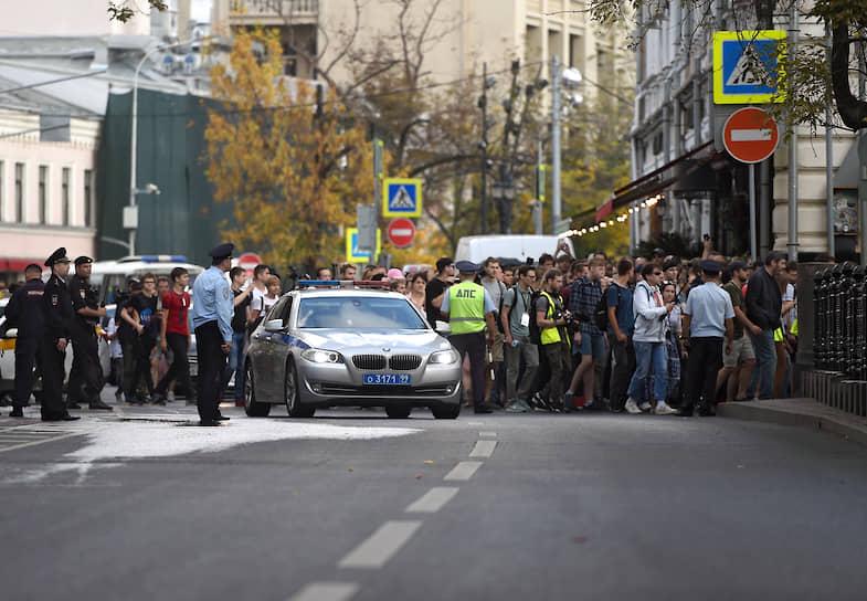 Протестующие «гуляли» по Рождественскому и Сретенскому бульварам. Полиция шла рядом с ними, но никаких действий в отношении участников акции не принимала, только следила, чтобы они не выходили на проезжую часть