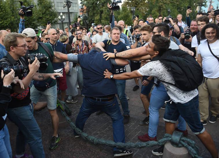 На Пушкинской площади произошла потасовка: на мужчину с плакатом в поддержку сестер Хачатурян напал молодой человек. Он объяснил это тем, что ему не понравился плакат