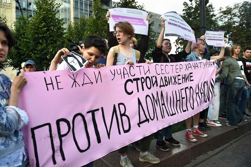 В колонне с протестующими находились участники марша в поддержку сестер Хачатурян. Они скандировали «Нужен закон о домашнем насилии!»,  «Свободу сестрам Хачатурян!», «Свободу политзаключенным!» и «Бьет значит сядет!»