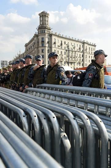 Также на Пушкинской площади в разных точках стояли активисты с одиночными пикетами. Оцепление через какое-то время сняли