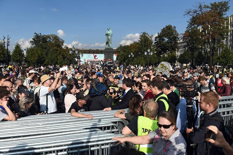Люди на Пушкинской скандировали «Как покинуть площадь?». Из-за плотного оцепления они не могли выйти