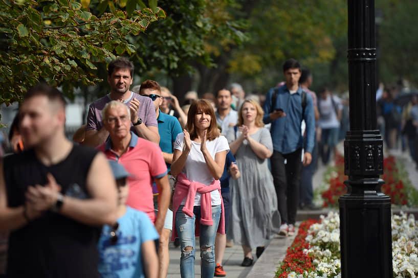 """В 14:30 началось шествие. Количество протестующих, по оценке корреспондента """"Ъ"""", увеличилось до тысячи человек"""