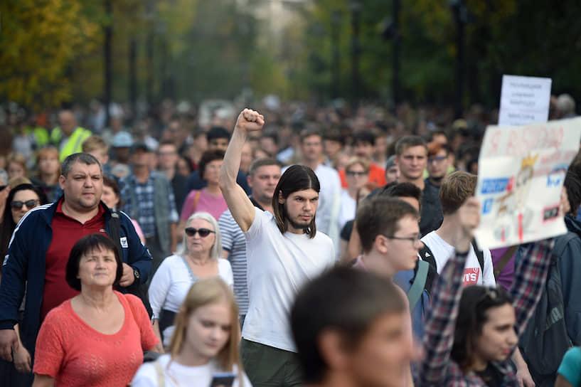 Вскоре участники несогласованной акции дошли до Пушкинской площади, куда подъехали пять автозаков