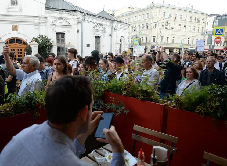 Колонна протестующих дошла до памятника Высоцкому