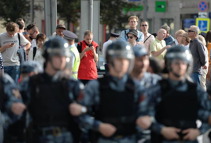 Полиция периодически просила граждан разойтись с Пушкинской площади, напоминая о том, что акция не согласована