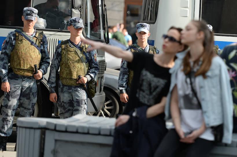 Значительная часть людей покинула площадь и пошла гулять по бульварам столицы. Задержаний не было. По разным оценкам, несогласованную акцию посетили от 750 до полутора тысяч человек
