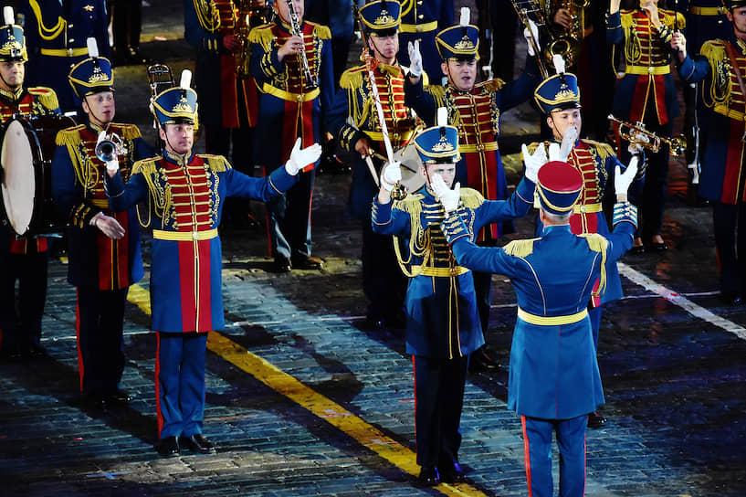 Норвежский марширующий оркестр «Твейт Юнион» и кельтский оркестр исполнили «Калинку», японский коллектив — романс «Дорогой длинною», оркестр Народно-освободительной армии Китая сыграл «Очи черные»
