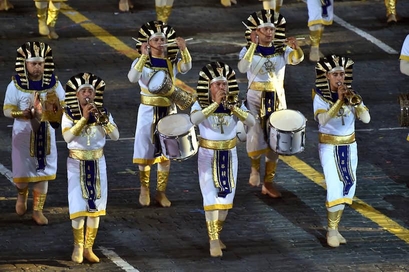 Для гостей «Спасской башни» в заключительный вечер фестиваля выступили коллективы из 12 стран и две международные группы — Кельтский оркестр волынок и барабанов, а также команда кельтских танцев. Военный симфонический оркестр Египта (на фото) исполнил «Катюшу»