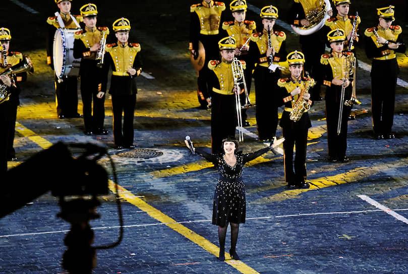 Французская певица Мирей Матье стала специальной гостьей церемонии закрытия фестиваля «Спасская башня», она исполнила песню «Дорогая моя столица»