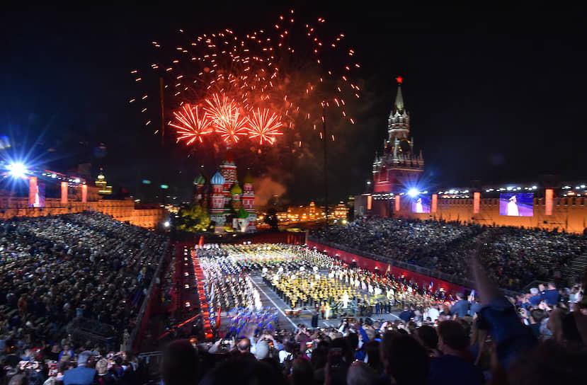 Завершилась церемония на Красной площади праздничным салютом
