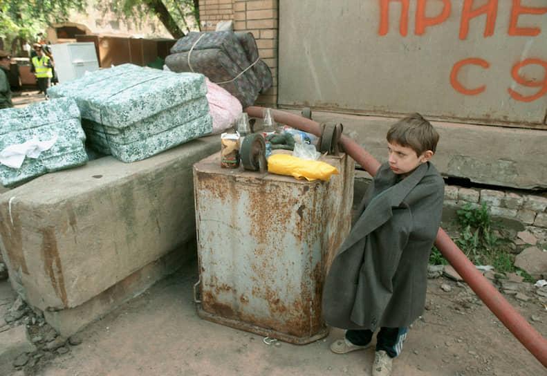 Борис Ельцин и Владимир Путин на места терактов не выезжали. Через 10 дней дома № 17 и № 19 были уничтожены взрывотехниками, жители переселены в другие дома <br> На фото: ребенок среди груды вещей из уцелевших квартир дома на улице Гурьянова
