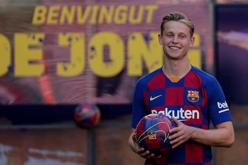 1 июля  «Аякс» продал 22-летнего нидерландского  полузащитника Френки де Йонга в «Барселону» за €75 млн