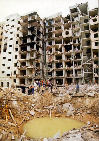 16 сентября 1999 года в 5:57 <b>в Волгодонске Ростовской области рядом с девятиэтажным жилым домом № 35</b> по Октябрьскому шоссе взорвался грузовик ГАЗ-53 со взрывчаткой. Из-под завалов было извлечено 18 погибших, 1 человек умер в больнице, 89 были госпитализированы