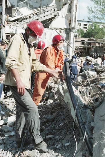 4 сентября 1999 года в <b>Буйнакске</b> (Дагестан) был взорван жилой дом, в котором проживали семьи военнослужащих 136-й мотострелковой бригады. Погибли 64 человека, из них 23 — дети. Теракт стал частью операции боевиков по вторжению из Чечни в Дагестан, начавшейся в начале августа того же года