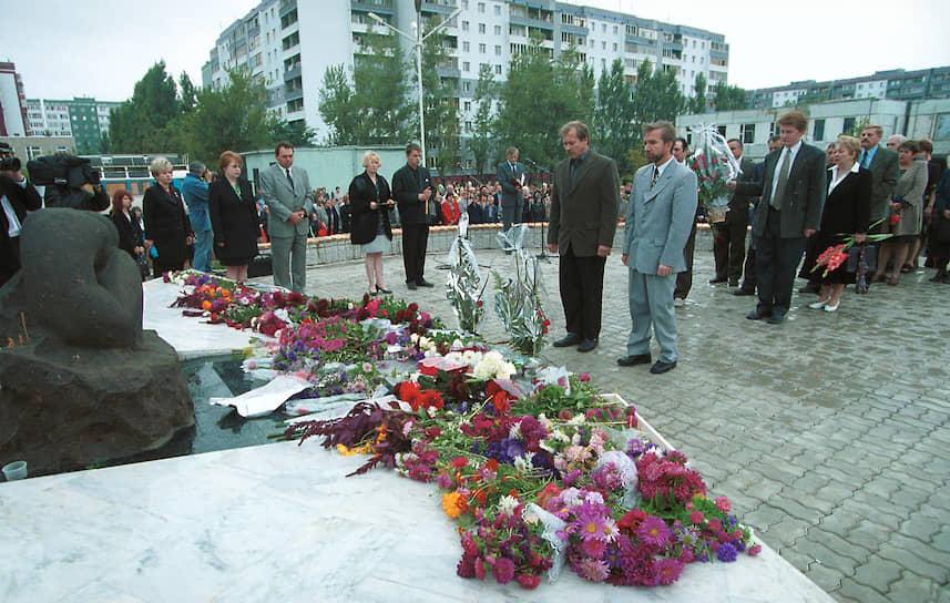 Сегодня на месте трагедии открыт сквер памяти и скульптура скорбящей женщины