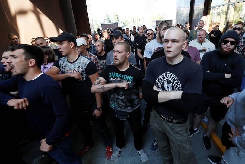 Киев, Украина. Националисты протестуют из-за решения суда освободить бывшего зенитчика Владимира Цемаха, которого Украина считает причастным к крушению малайзийского Boeing в 2014 году