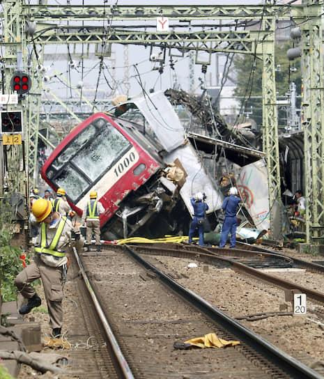 Йокогама, Япония. Поезд после столкновения с грузовиком