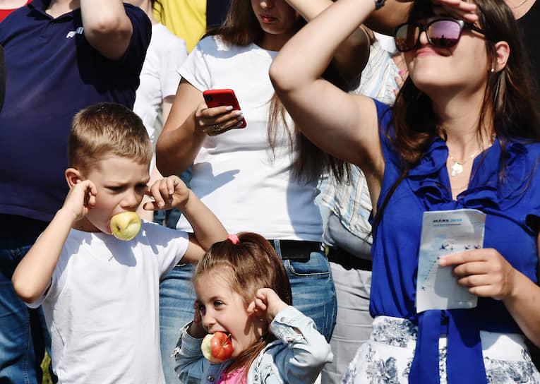 Жуковский, Россия. Посетители авиакосмического салона МАКС во время демонстрационных полетов авиатехники