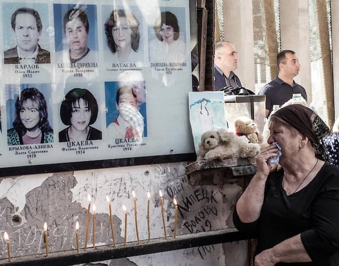 Беслан, Россия. Жители города у мемориала в здании школы № 1 во время мероприятий, посвященных 15-й годовщине бесланской трагедии