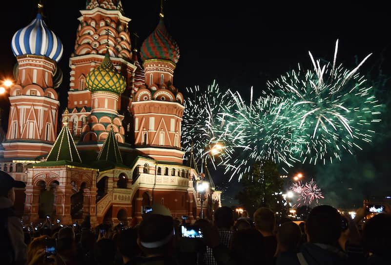В 21:00 с нескольких десятков площадок в Москве был дан праздничный салют
