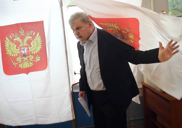 Кандидат в депутаты Мосгордумы Сергей Митрохин проголосовал на избирательном участке №173 в Москве