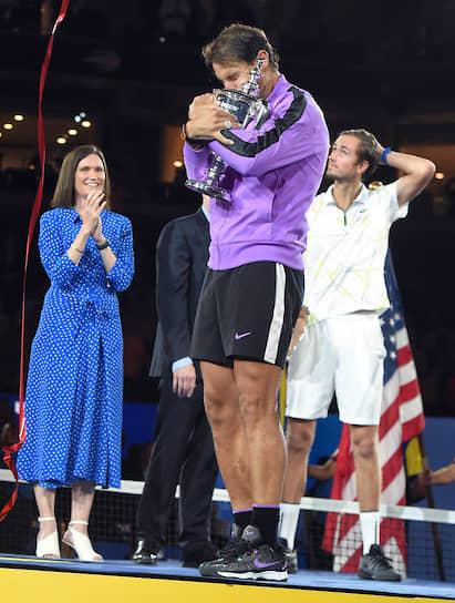Нью-Йорк, США. Испанский теннисист Рафаэль Надаль (в центре) во время награждения после финального матча US Open с россиянином Даниилом Медведевым (справа)