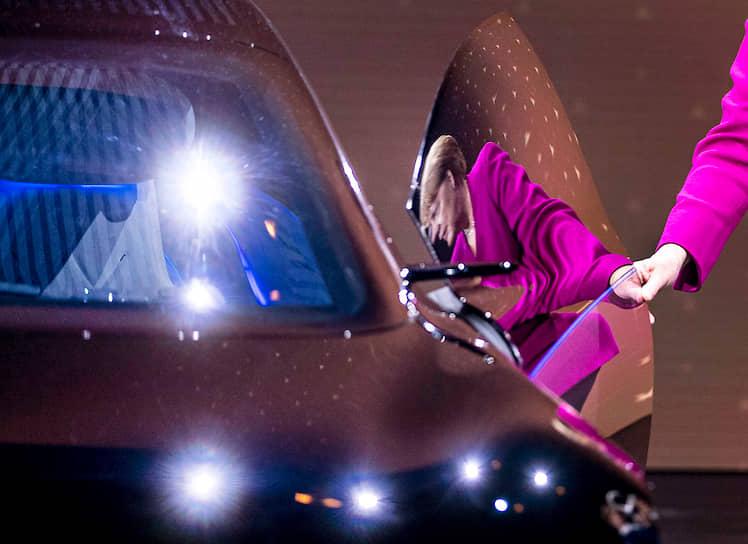 Франкфурт, Германия. Канцлер ФРГ Ангела Меркель отражается в двери Mercedes на автосалоне