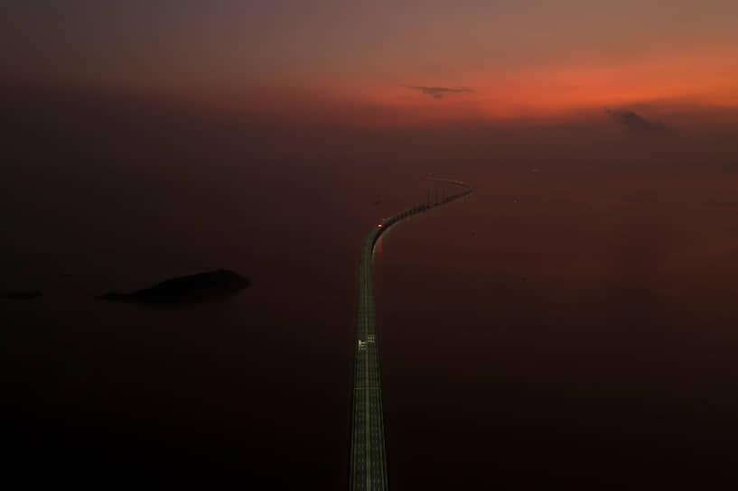 Гуандун, Китай. Мост Гонконг—Макао на рассвете